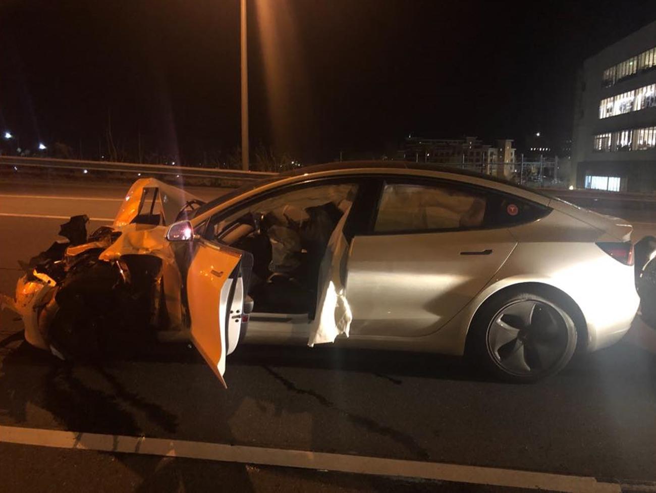 Tesla Model 3 Choque Coche Policia 02