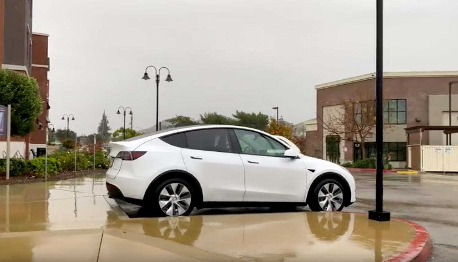 Tesla Model Y circulando