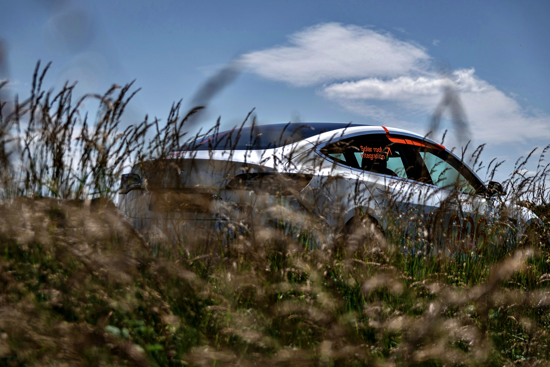 Lightyear Research Vehicles — Tesla M3 Vw Crafter —hiding In Tall Gras — Hr