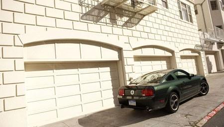 Ford Mustang Bullit Trasera Aparcado
