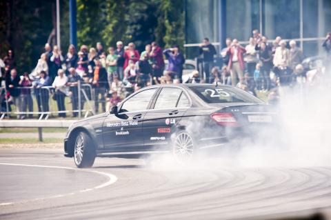 mauro-calo-entertains-the-crowds-breaking-the-world-record-for-the-longest-car-drift.jpg