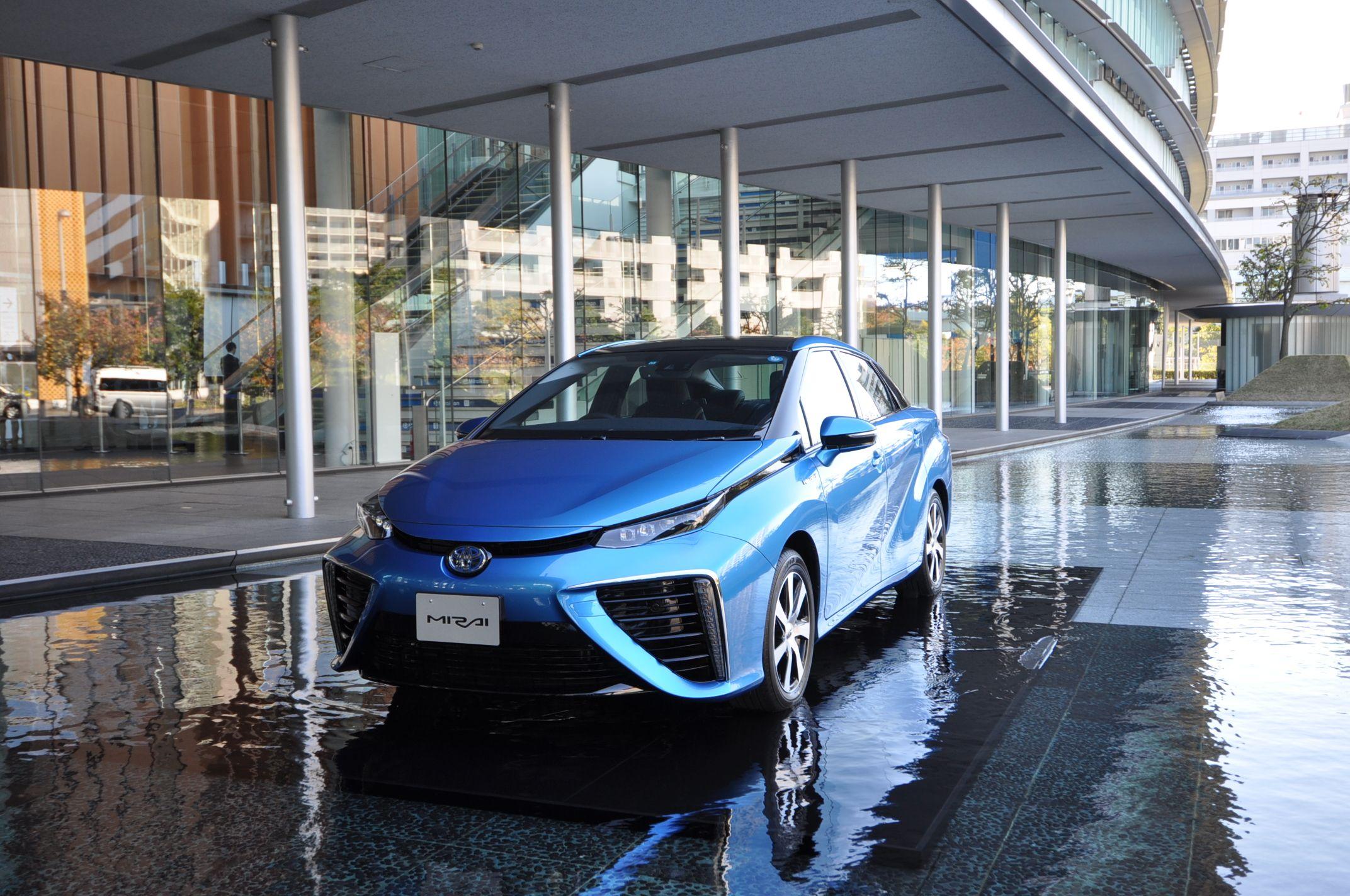 El Toyota Mirai, la berlina de pila de combustible, convence a los japoneses