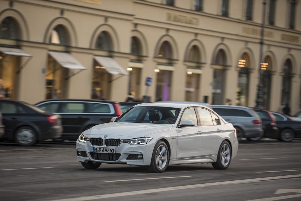 2016-BMW330e-11