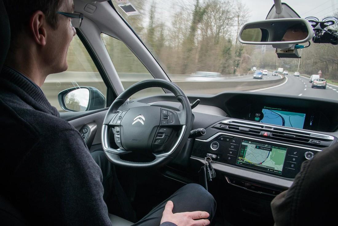 """Dos Citroën C4 Picasso recorren 300 kilómetros en modo """"Eyes Off"""". Sí, ojos apagados"""