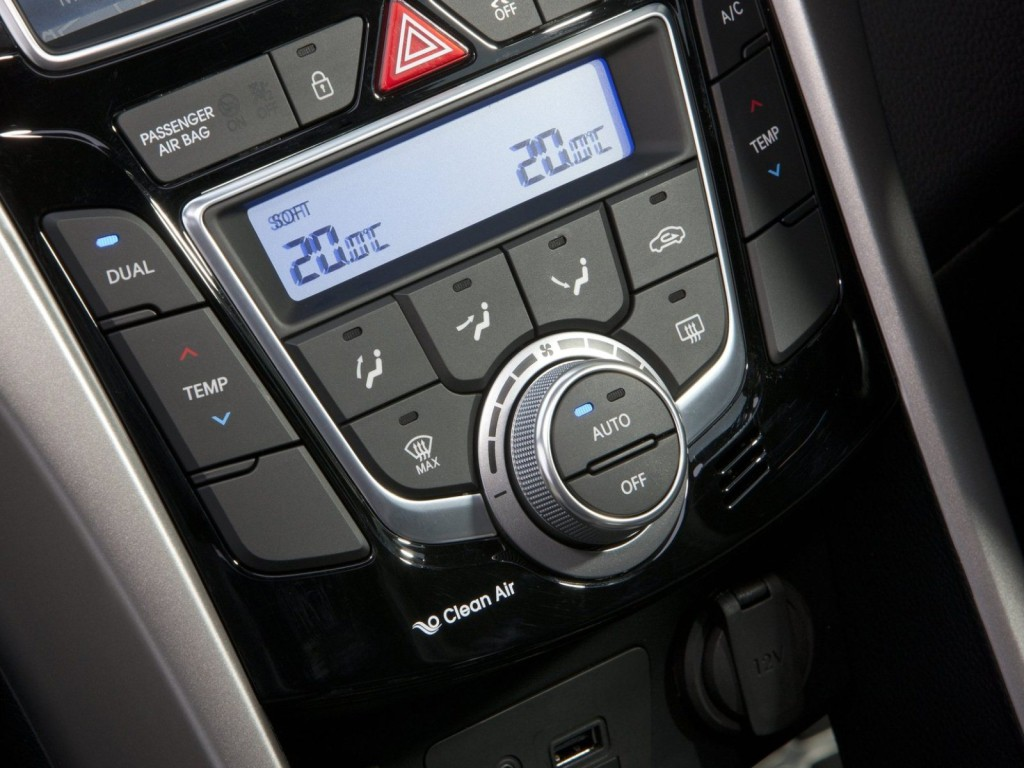 2013-Hyundai-i30-3-door-Interior-12