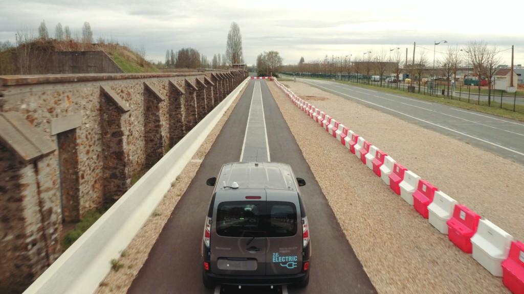 Renault ya trabaja en la recarga de vehículos eléctricos en movimiento