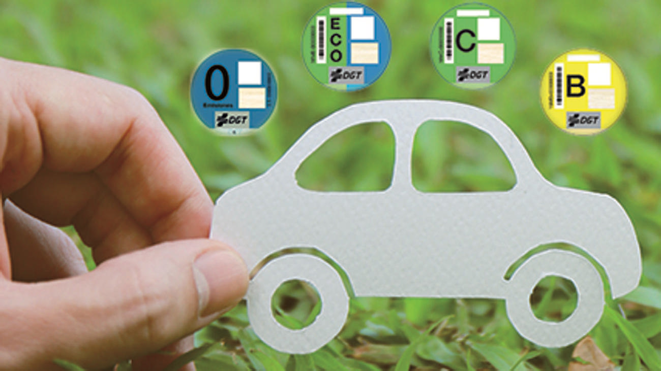 ¿Es obligatorio colocar la etiqueta ambiental en nuestro coche?