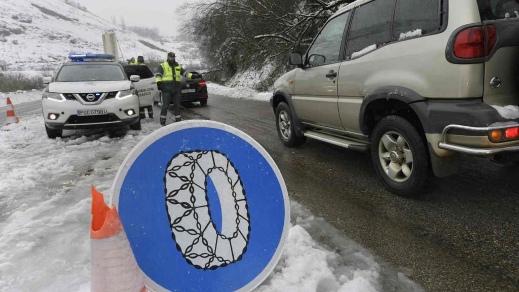 control-cadenas-nieve-guardia-civil