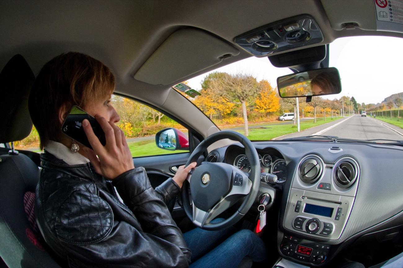 Teléfono móvil al volante