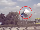 Furgoneta Citroen sale volando en un surrealista accidente