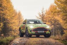 El inminente Aston Martin DBX ya se ha dejado ver rodando a toda velocidad en este vídeo, eso sí, bajo camuflaje