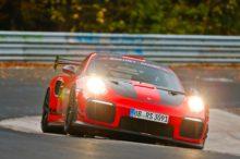 El Porsche 911 GT2 RS no tira la toalla: el superdeportivo germano vuelve a coronarse en Nürburgring