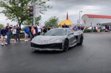 El Chevrolet Corvette C8 de motor central sigue haciendo gala de su silueta por las calles