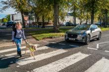 Los coches eléctricos ya no serán silenciosos: Europa quiere que los oigamos llegar