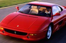 Un incendio devora, en plena calle, todo un Ferrari ante la mirada atónita de los testigos