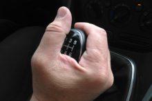 Las manías más comunes que tenemos al conducir