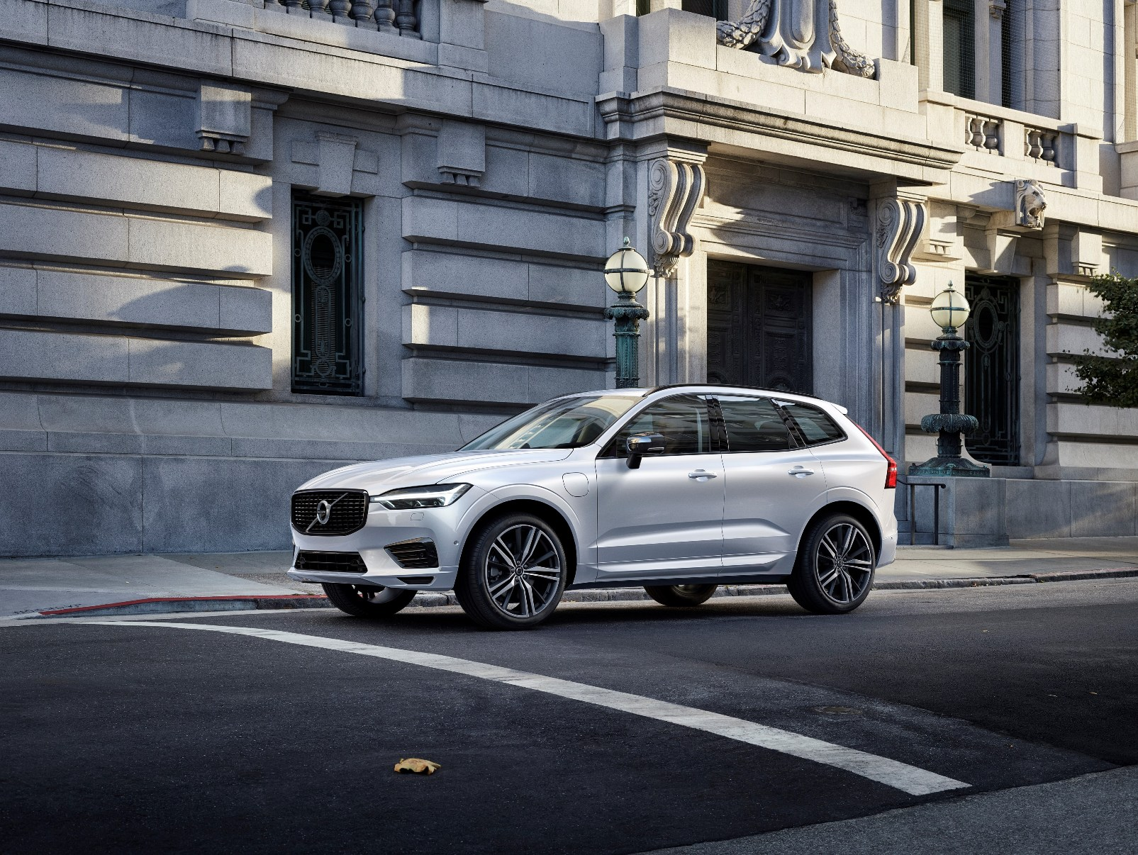 Xc60 R Design Recharge, In Crystal White Pearl