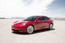 Tesla Model 3 vs Nissan LEAF:  ¿cuál conviene más?