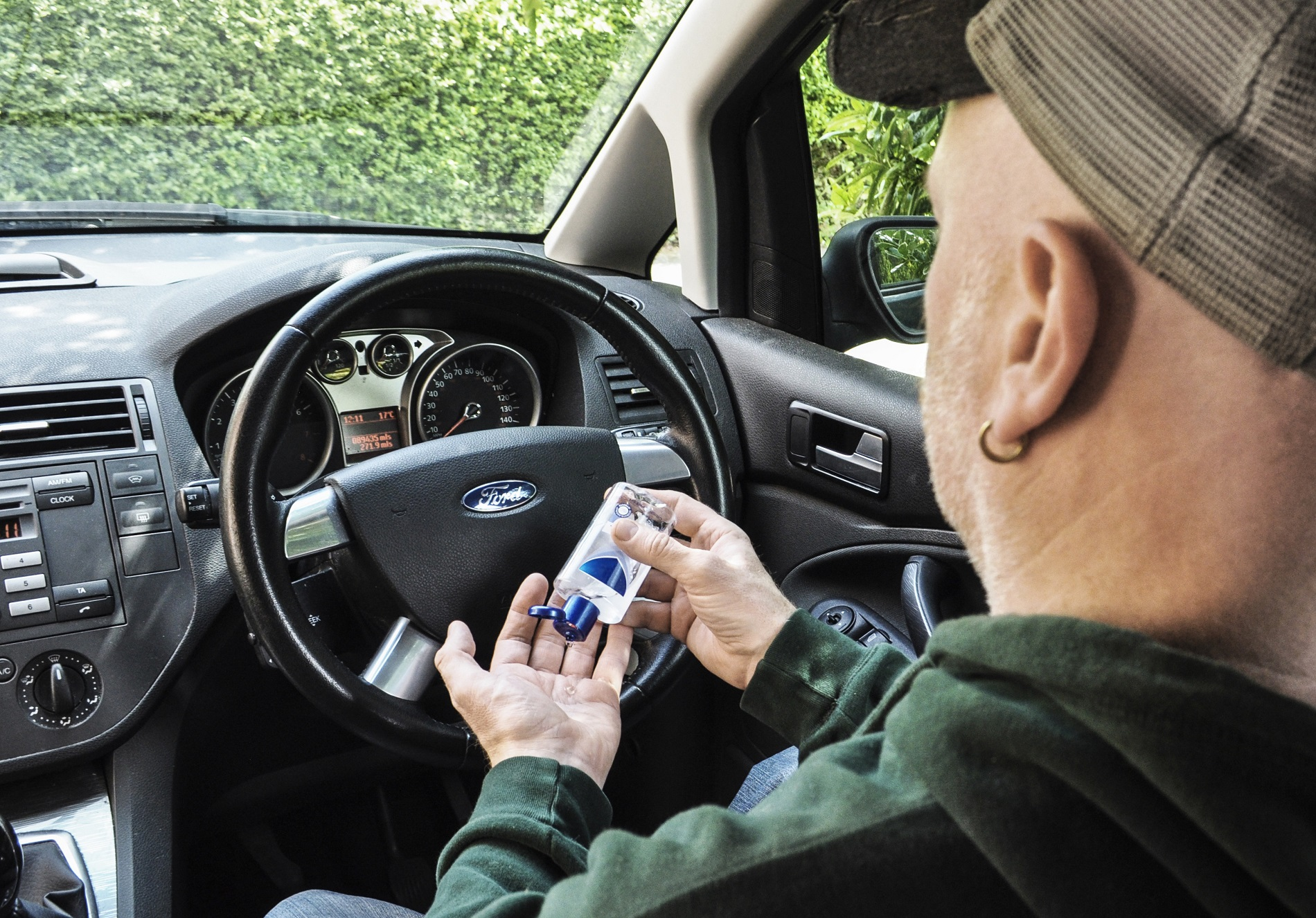 Uso del gel desinfectante en el coche