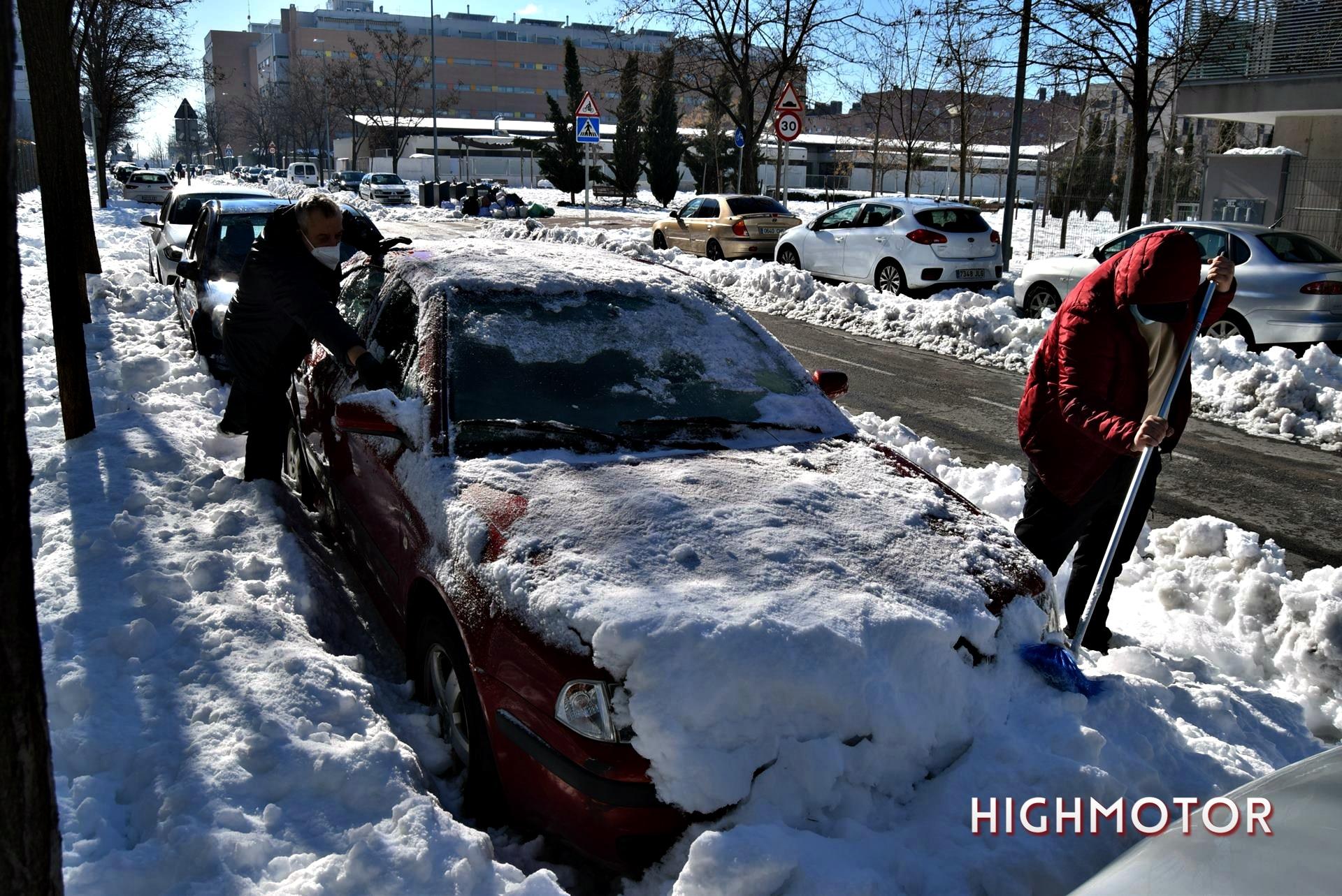 Quitar Nieve Y Hielo Del Coche (1)