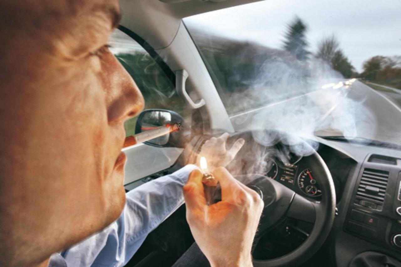 Fumar Conduciendo 2357165