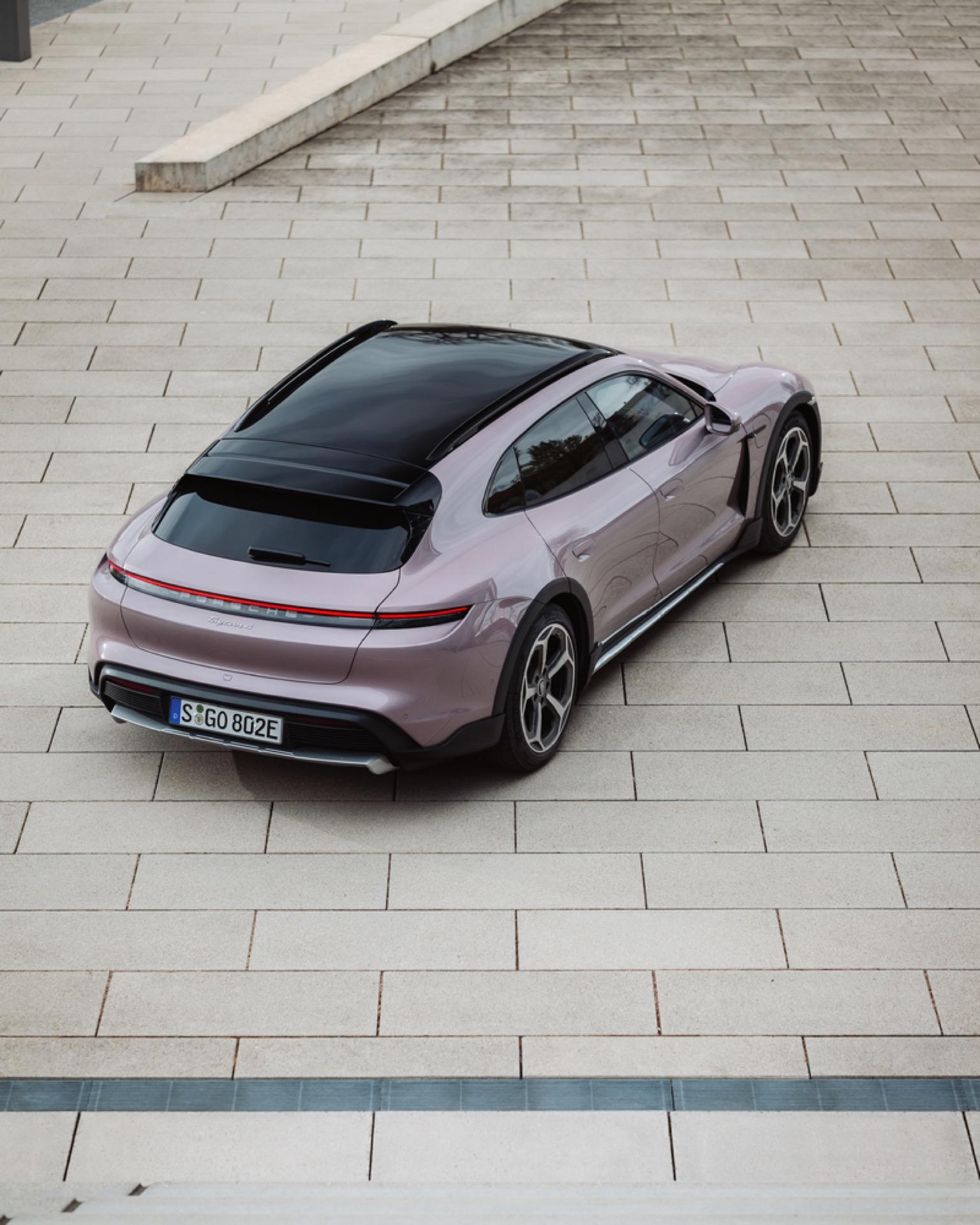 Porsche Taycan Cross Turismo 17